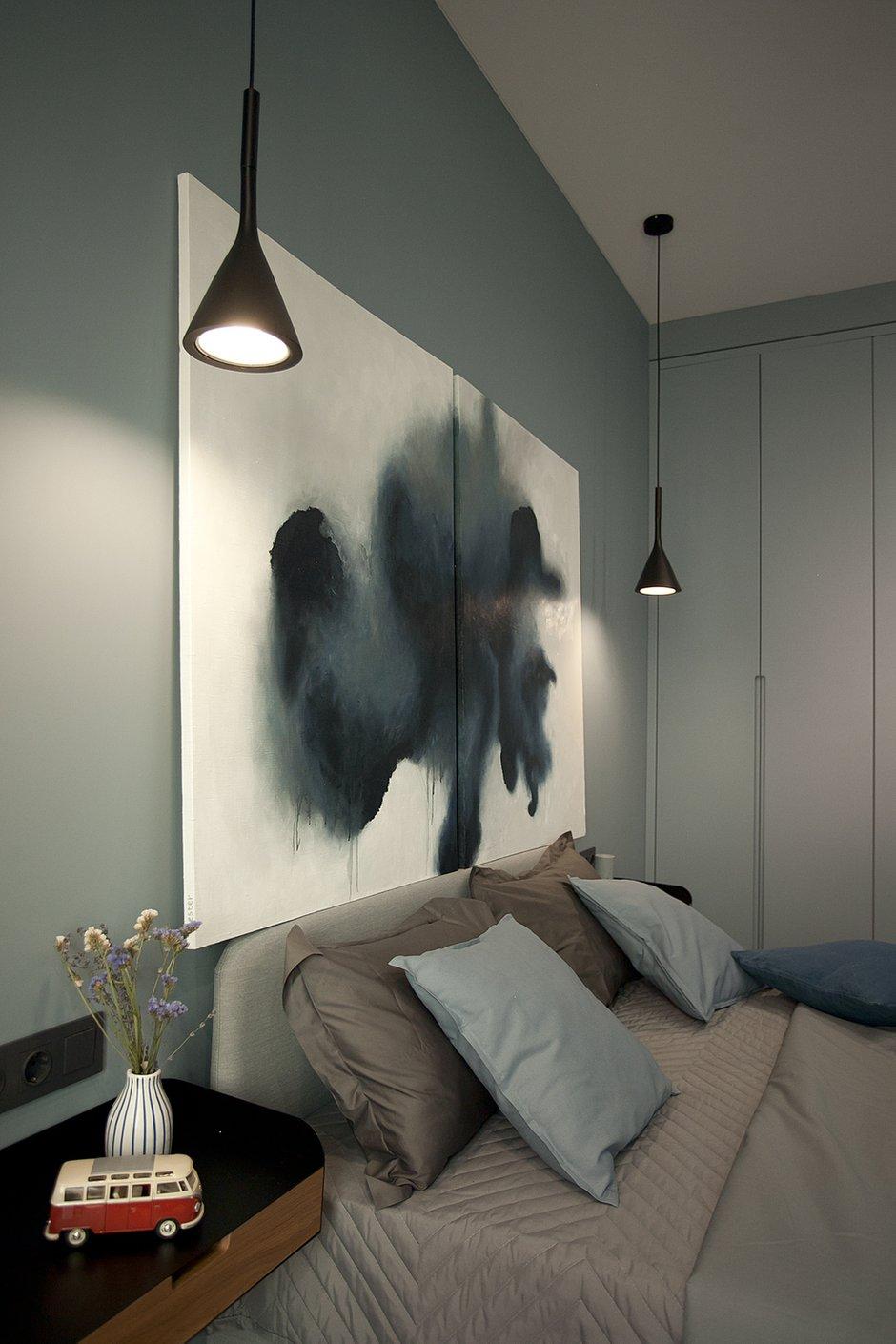 В качестве точечного освещения в спальне выбрали лаконичные черные подвесы.