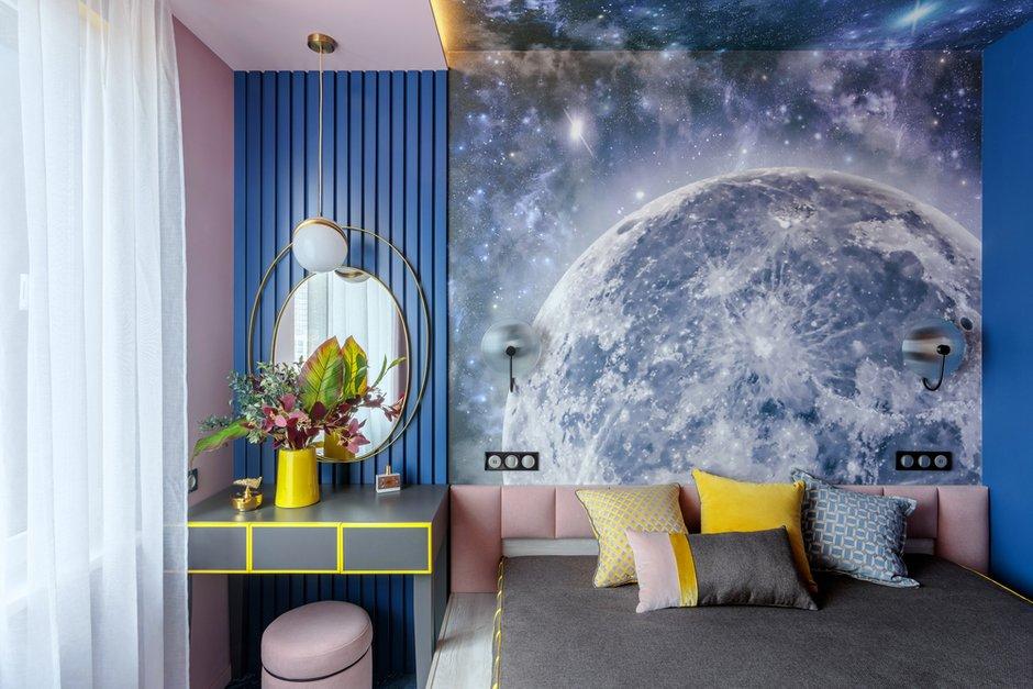 Рейки за столиком выкрашены в сложный синий оттенок. За изголовьем кровати сделали фотопанно с изображением Луны. Получилось необычно.