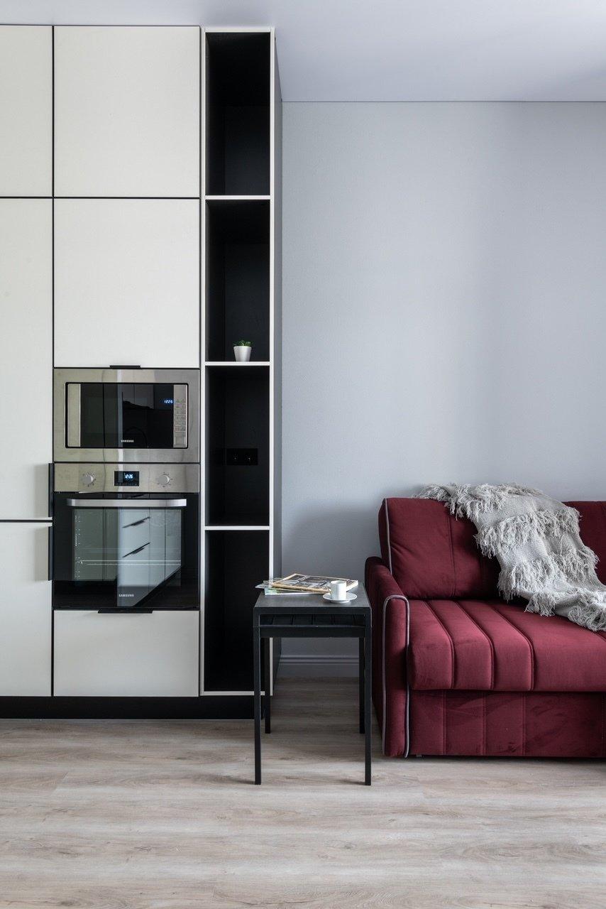 Интерьер этой квартиры начался с дивана, именно его дизайнер с заказчицей заказали первым, и он создал атмосферу и настроение.