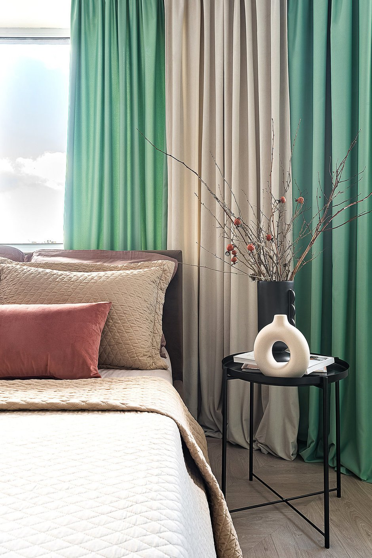 Большая часть мебели из ИКЕА. Кровать с велюровой обивкой кофейного цвета изготовили на заказ, чтобы изголовье было в один уровень с подоконником.