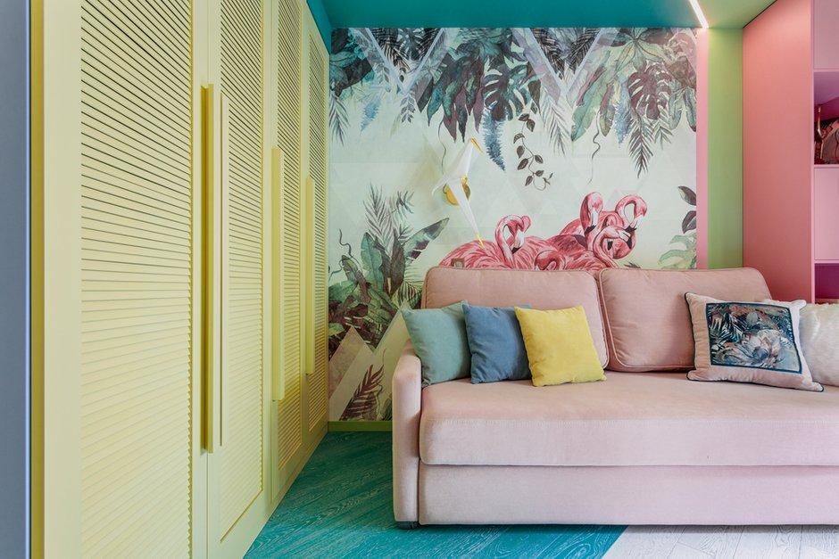 Фасады шкафов перекликаются с тропической темой.