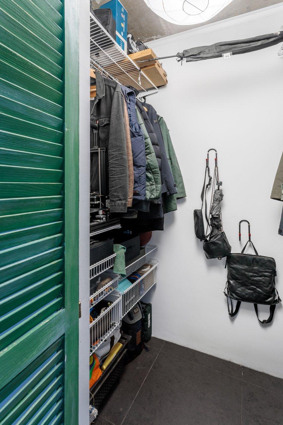 Площадь кладовки-гардеробной – 2,4 квадратного метра. Это основная система хранения в квартире.