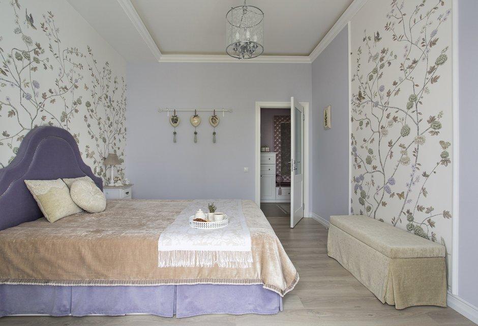 Дизайн: Светлана Юркова. Спальня в классическом стиле. Рисунок на обоях делает комнату просторнее и сочетается с цветом однотонных стен.