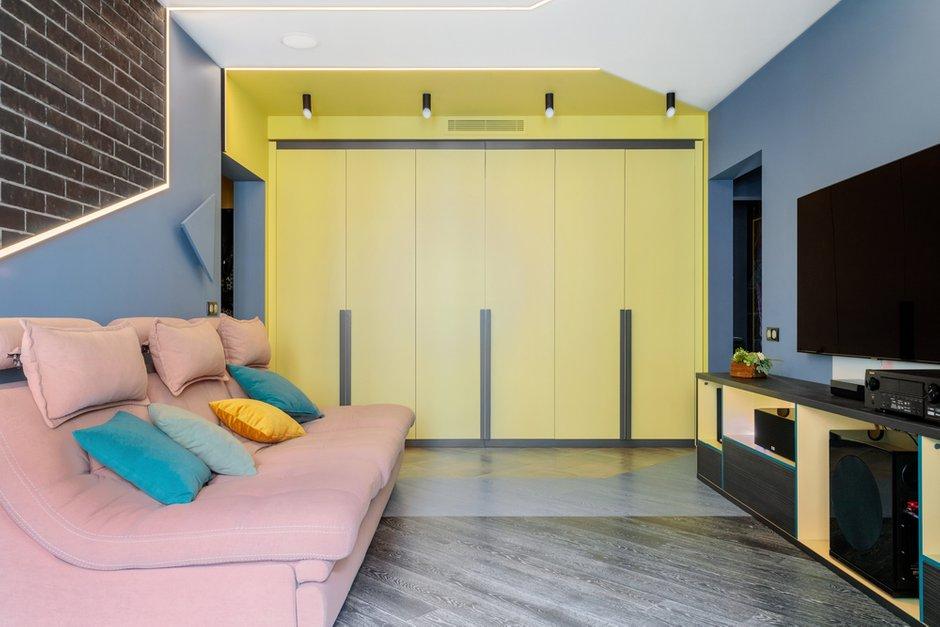 Над шкафами во всех комнатах проходят коммуникации для вентиляции и кондиционеров. Это удобно, так как не нужно опускать потолок в жилом пространстве.
