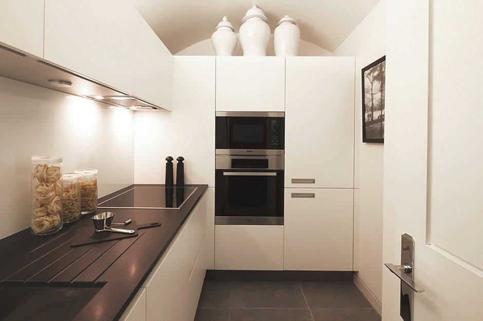 Фотография: Кухня и столовая в стиле Скандинавский, Малогабаритная квартира, Квартира, Дома и квартиры, Лондон, Зеркало, Перегородка – фото на INMYROOM