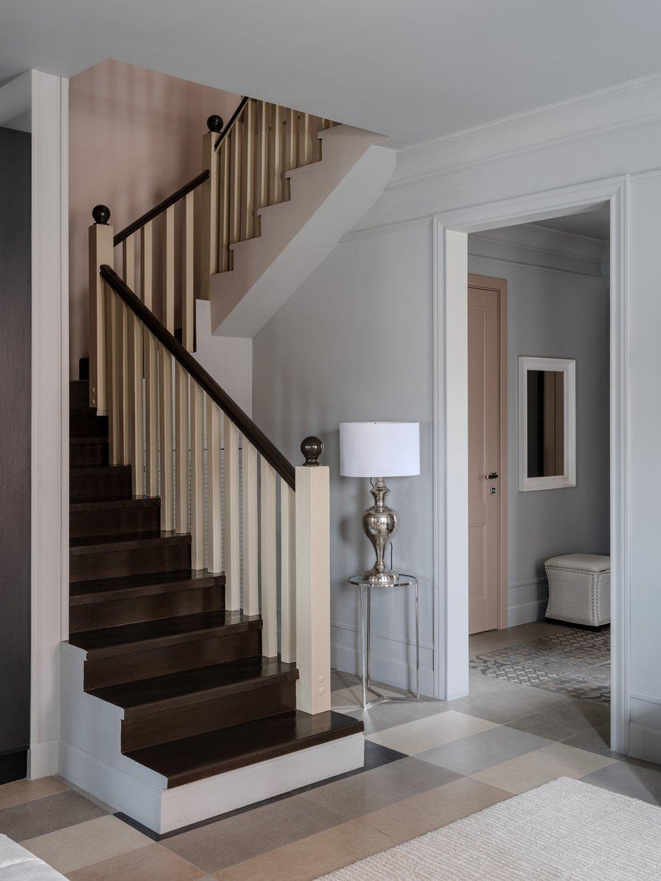 Лестницу спроектировали с более пологим подъемом для удобства использования.