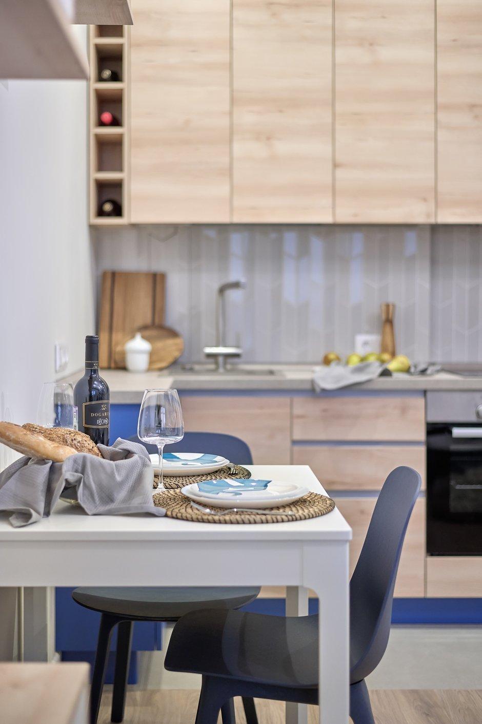 Фотография: Кухня и столовая в стиле Современный, Скандинавский, Квартира, Белый, Проект недели, Москва, Синий, Серый, Монолитный дом, 1 комната, 40-60 метров, Катерина Колмыченко – фото на INMYROOM