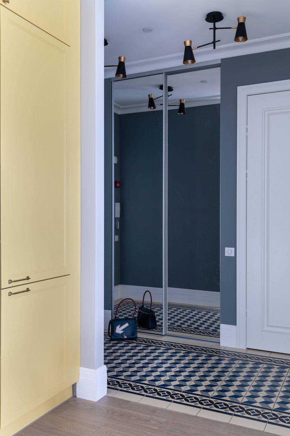 Шкаф-купе совсем не портит пространство, так как он максимально незаметен: зеркальные дверцы отражают окружающие стены и полы.