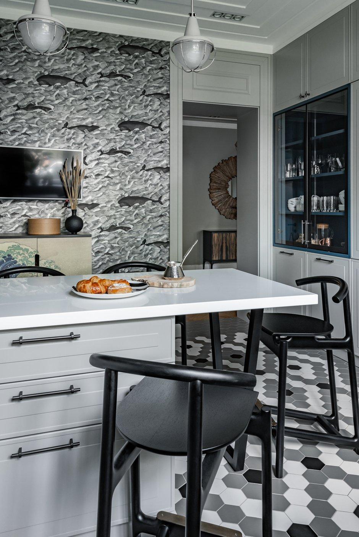 Вся плитка в интерьере — фабрики Equipe. Необычные формы плиток позволили выложить разные композиции в ванных и на полу в кухне, что создает определенное настроение и атмосферу.