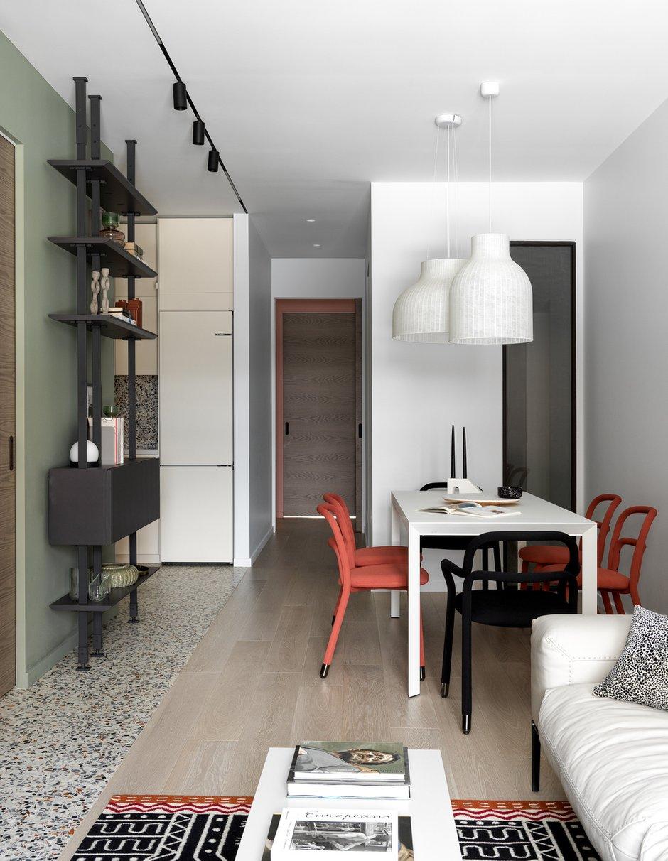 Столешница стола сделана из феникса — это вид искусственного покрытия. Светильники над столом с диммером, свет можно приглушить.
