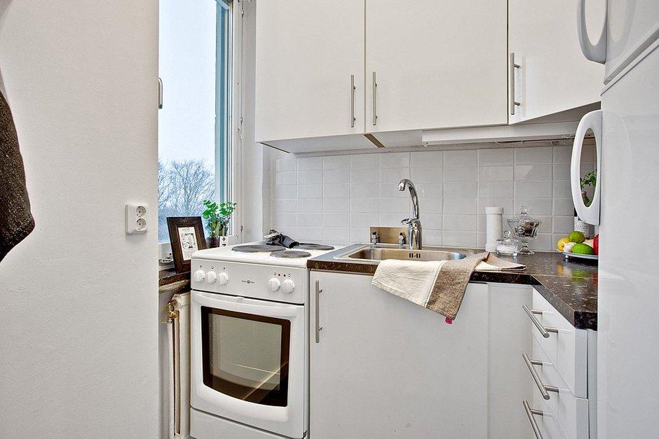 Фотография: Кухня и столовая в стиле Скандинавский, Современный, Малогабаритная квартира, Квартира, Швеция, Цвет в интерьере, Дома и квартиры, Белый – фото на INMYROOM
