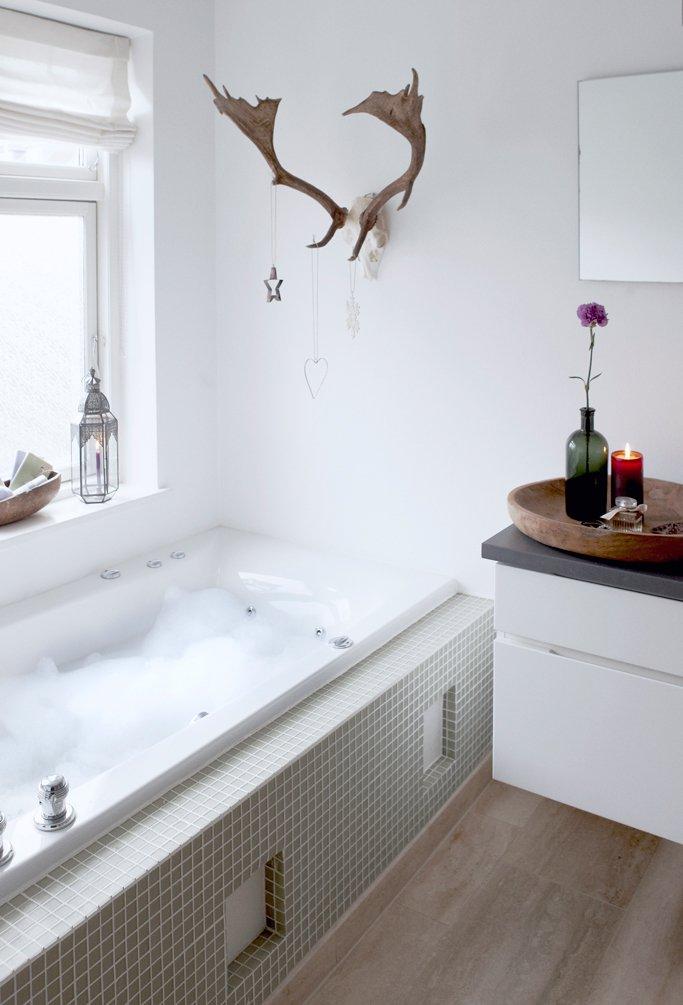 Фотография: Ванная в стиле Скандинавский, Декор интерьера, Малогабаритная квартира, Квартира, Праздник, Цвет в интерьере, Дома и квартиры, Белый – фото на INMYROOM