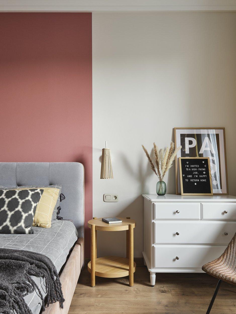 В спальне предусмотрели для постельного белья большой комод у окна. Для повседневной одежды есть небольшое помещение гардеробной с полками и шкафчиками до самого потолка.