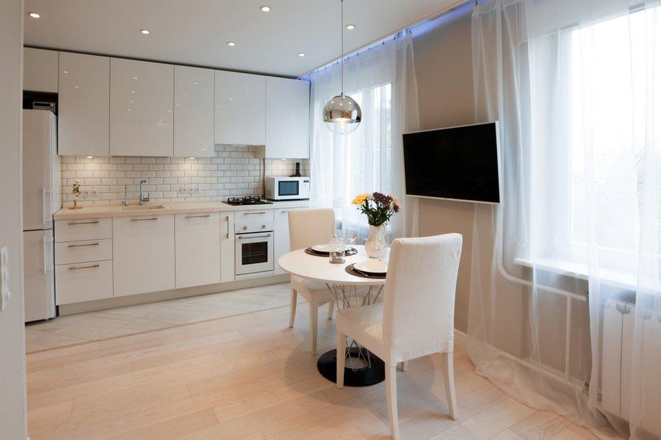 Фотография:  в стиле , Классический, Современный, Квартира, Isamu Noguchi, Tom Dixon, Белый, Проект недели, Картины, Москва, Бежевый, Dulux, Zara Home, ИКЕА, Hansgrohe, Roca, как обустроить двушку, идеи для двушки, Kerama Marazzi, перепланировка двушки, плитка кабанчик, кухня-гостиная, Стильные кухни, Metro, кухня-гостиная со входами в спальни, как обустроить открытый балкон, открытый балкон, идеи для открытого балкона, Buro Brainstorm, как обустроить балкон, балкон в квартире, балкон в типовой квартире, кухня-гостиная дизайн, как оформить интерьер двушки, натяжные потолки в комнате, вентиляция в квартире, кухня-гостиная в типовой квартире, зона отдыха на балконе, обустройство маленькой ванной комнаты, встроенный шкаф, дом серии II-29, плитка кабанчик на кухне, маленькая ванная, маленькие комнаты, планировка маленькой квартиры, дизайн-проект двушки, Tortura, Baum, ОтСердца.рф, «Полигран-М», Блочный дом, II-29 – фото на INMYROOM