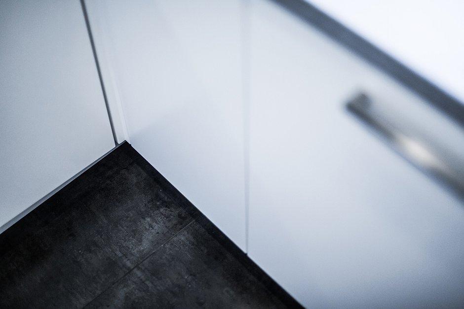 Фотография:  в стиле , Кухня и столовая, Скандинавский, Малогабаритная квартира, Квартира, Россия, BOSCH, Мебель и свет, Белый, Минимализм, Переделка, Черный, Москва, Желтый, Синий, Розовый, Голубой, Мария, Bork, Анна Брюхова, Uniquely, белая кухня – фото на INMYROOM