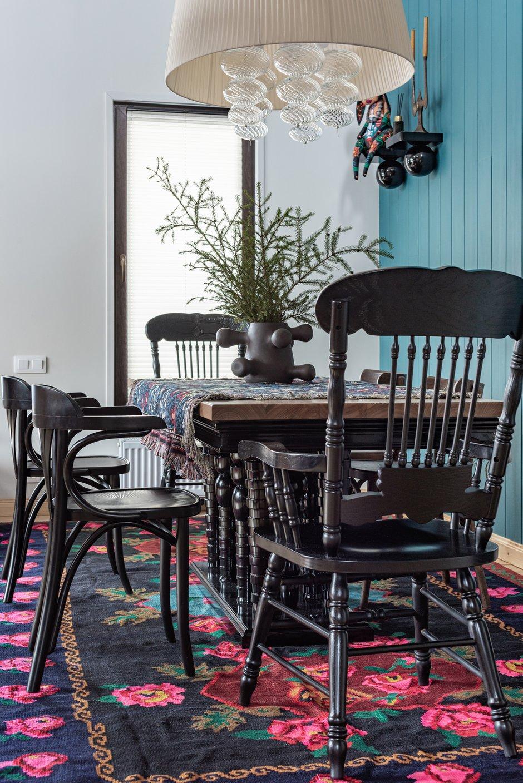 Люстра — абажур с подвесами из дутого муранского стекла — отлично вписалась в интерьер обеденной зоны.
