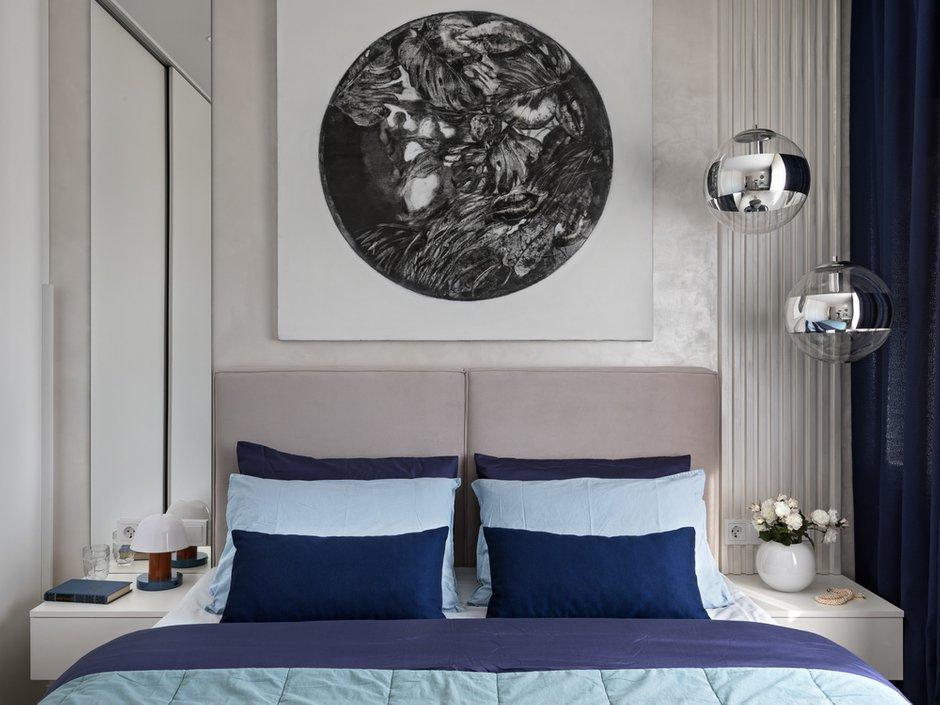 В спальне использовали декоративную штукатурку. По визуальным ощущениям она более мягкая и показывает фактуру стен.