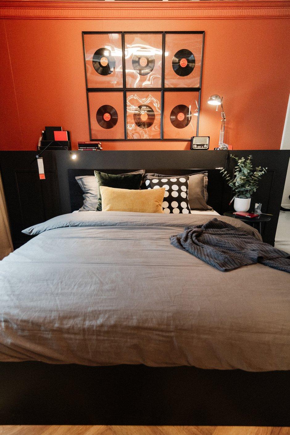 Фотография:  в стиле , Спальня, Гардеробная, Современный, Квартира, Аксессуары, Декор, Мебель и свет, Советы, Черный, Оранжевый, Коричневый – фото на INMYROOM
