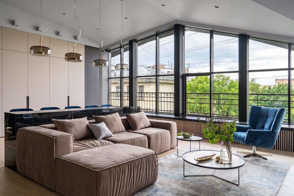 Мягкий модульный диван добавляет домашнего уюта. Но самое притягательное — это подоконник, на него можно не только присесть, но и прилечь.