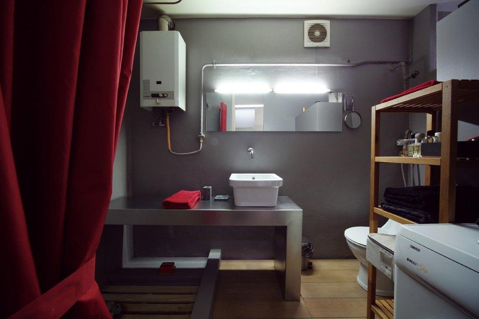 Фотография: Ванная в стиле Лофт, Малогабаритная квартира, Квартира, Цвет в интерьере, Дома и квартиры, Перепланировка, Серый, Пол, Подиум – фото на INMYROOM