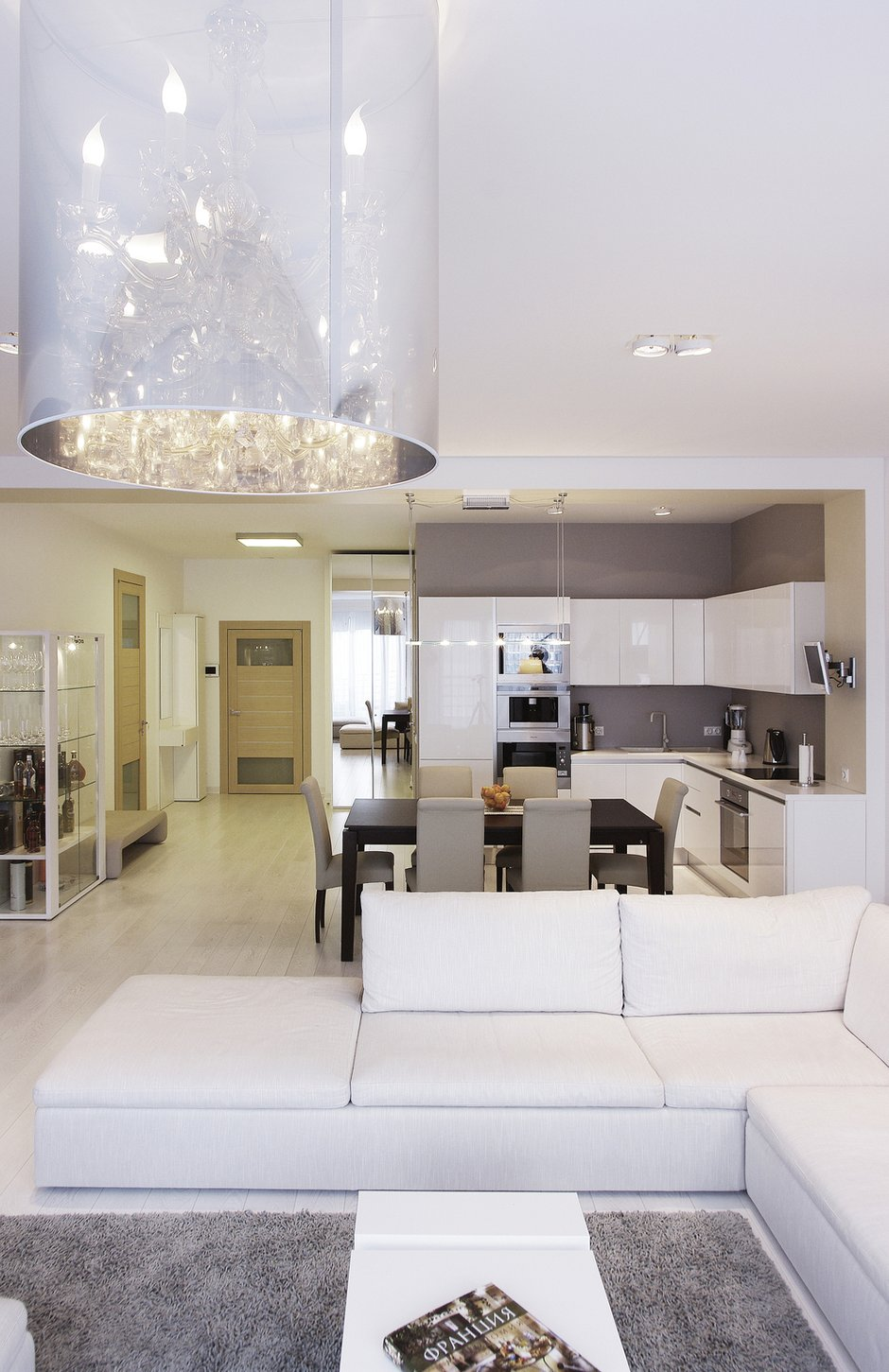 Фотография: Кухня и столовая в стиле Современный, Квартира, Цвет в интерьере, Дома и квартиры, Белый, Минимализм – фото на INMYROOM