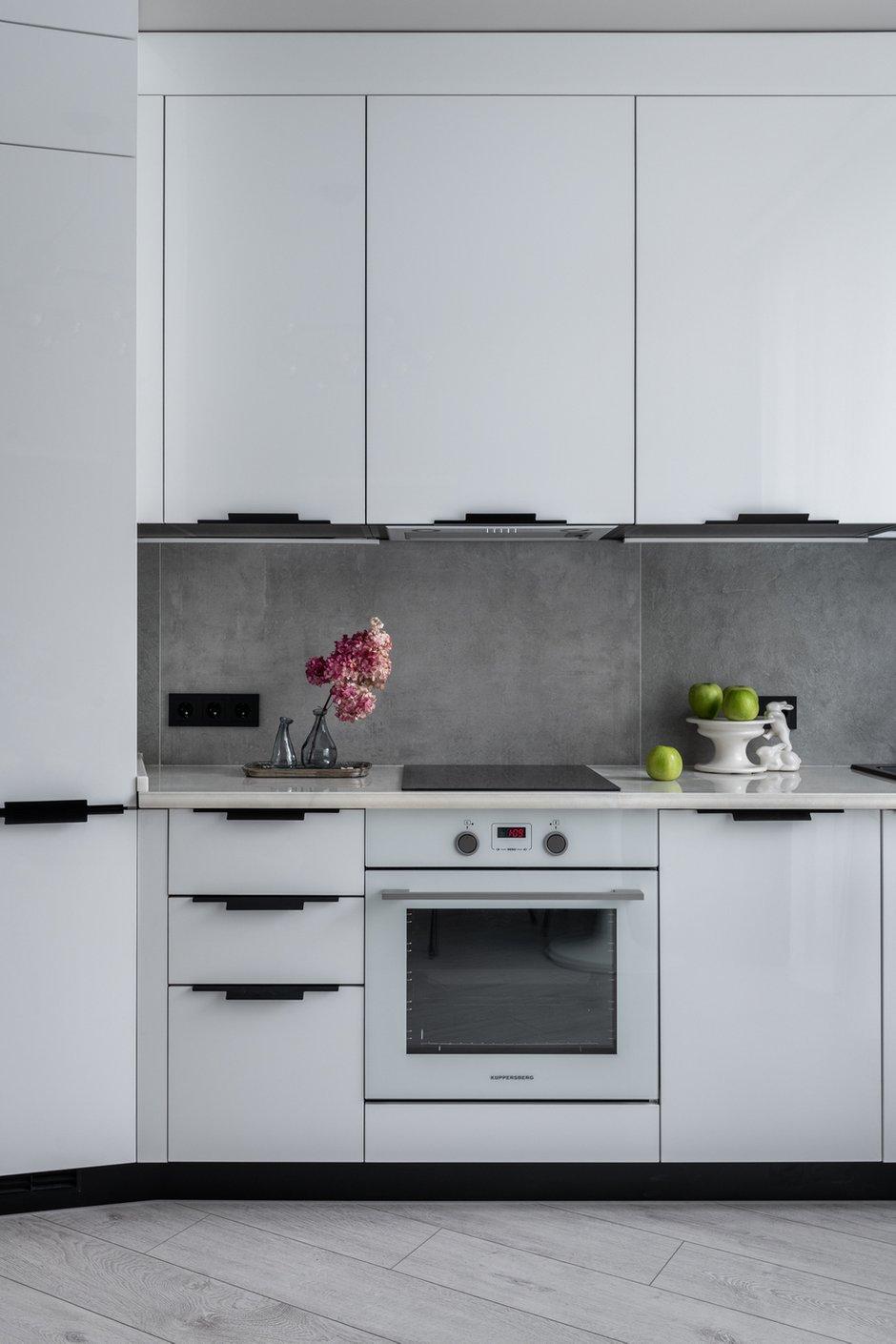 Кухня полностью выполнена на заказ, чтобы сохранить геометрию помещения.