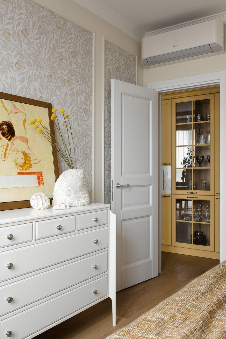 Во всей квартире установили классические филенчатые двери с хромированной фурнитурой.