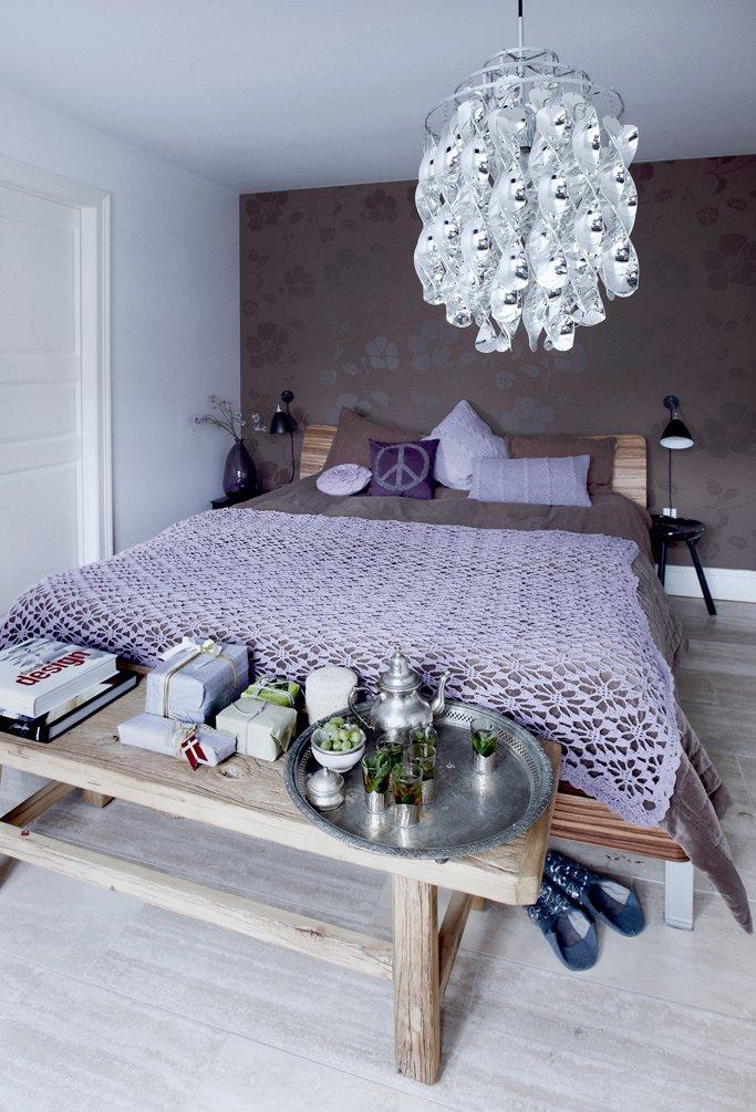 Фотография: Спальня в стиле Эклектика, Декор интерьера, Малогабаритная квартира, Квартира, Праздник, Цвет в интерьере, Дома и квартиры, Белый – фото на INMYROOM