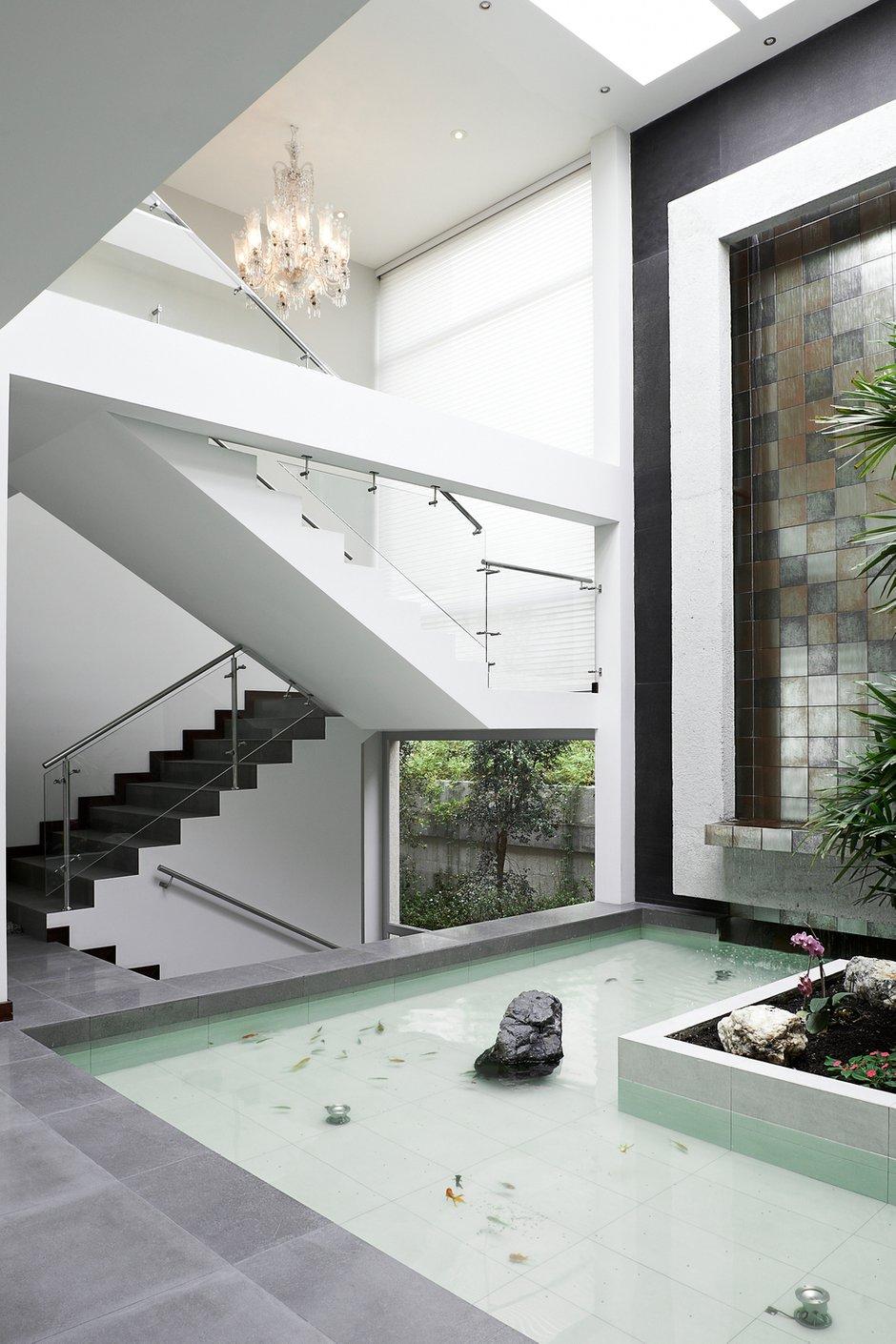 Фотография:  в стиле Классический, Современный, Декор интерьера, Дом, Декор дома, Лестница – фото на INMYROOM