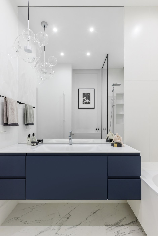 Керамогранит Supergres серии Purity Calacatta Lux под белый итальянский мрамор в ванной комнате обошелся в 5000 рублей за квадратный метр.