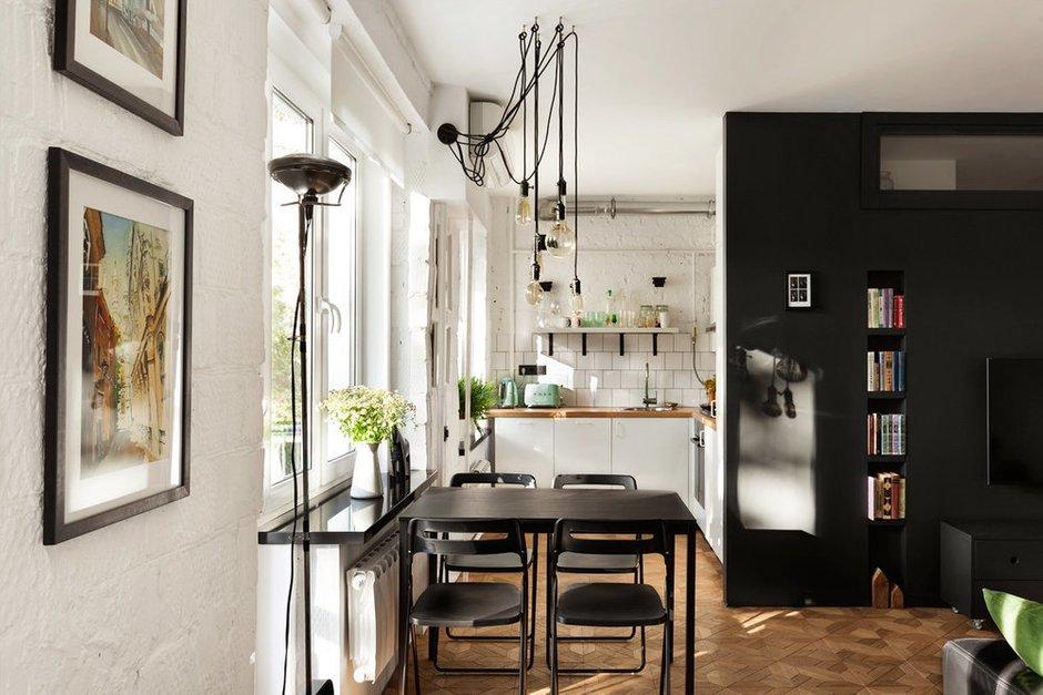 На кухне разместили белую мебель со встроенной техникой. Часть шкафов заменили на открытые полки — не хотели превращать кухню в стандартную. Хозяйка довольна: места достаточно, и кухня регулярно используется по назначению.