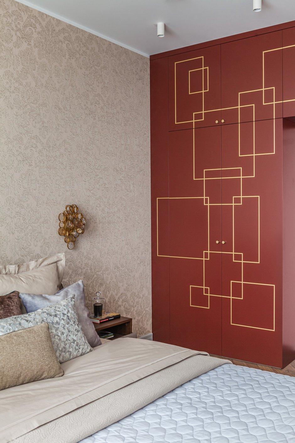 Для отделки фасадов выбрали красивый кирпичный оттенок и украсили их геометрическим узором золотого цвета.