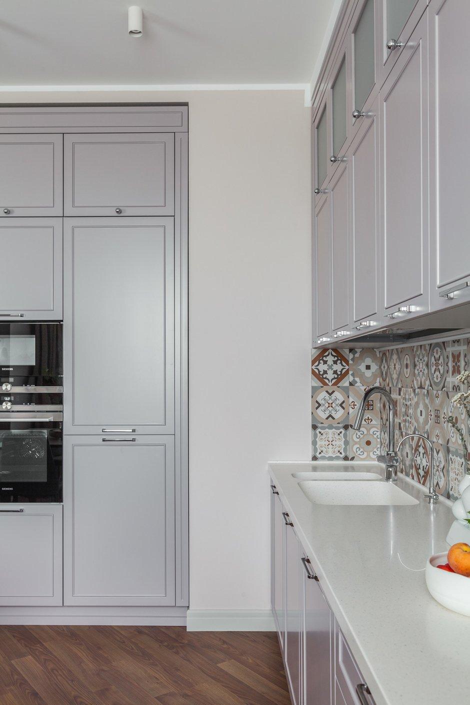 Кухонный гарнитур и корпусную мебель в гостиной изготовила компания Silver Home.