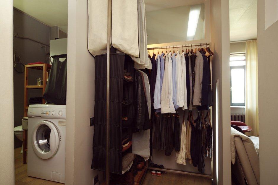 Фотография:  в стиле , Малогабаритная квартира, Квартира, Цвет в интерьере, Дома и квартиры, Перепланировка, Серый, Пол, Подиум – фото на INMYROOM