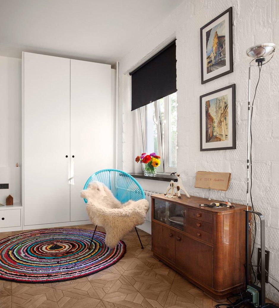 В гостиной появился торшер Flos с функцией диммирования — можно освещать комнату с разной интенсивностью.