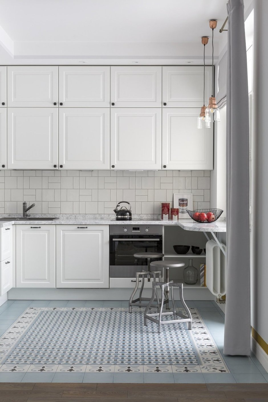 Помимо традиционных верхних шкафов в гарнитуре есть еще один ряд — под самый потолок — для редко используемых вещей.