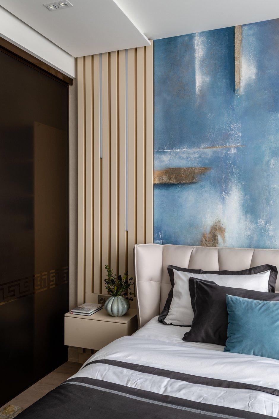 Предложение сделать гардеробную в виде куба из бронзированного стекла в спальне также сразу было утверждено. Получилось красиво и функционально.