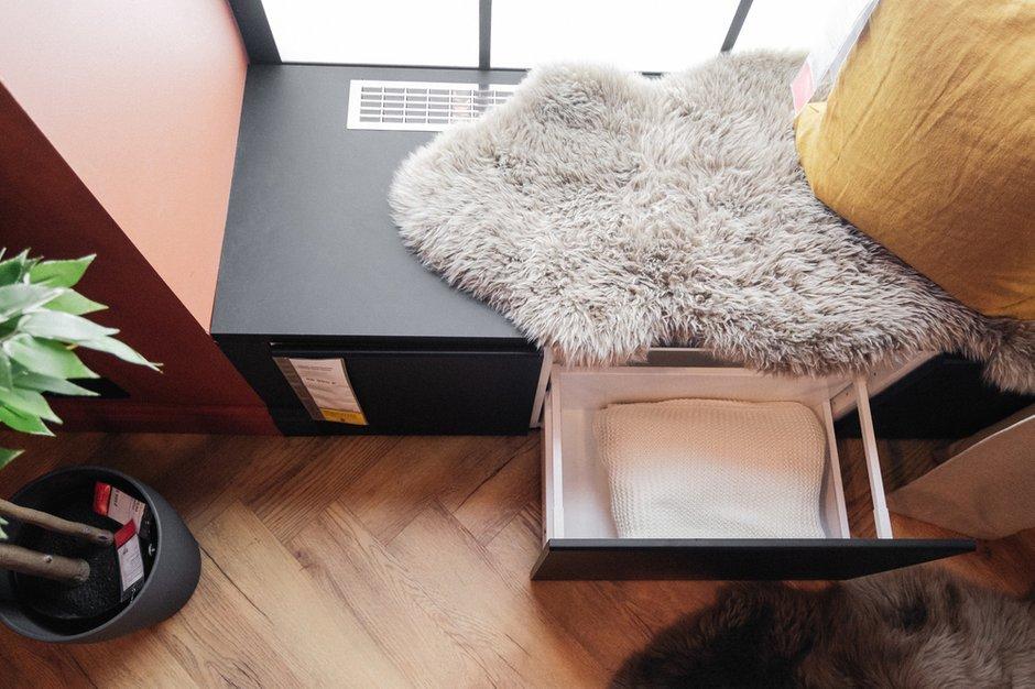 Уютное пространство у окна с выдвижным ящиком для хранения