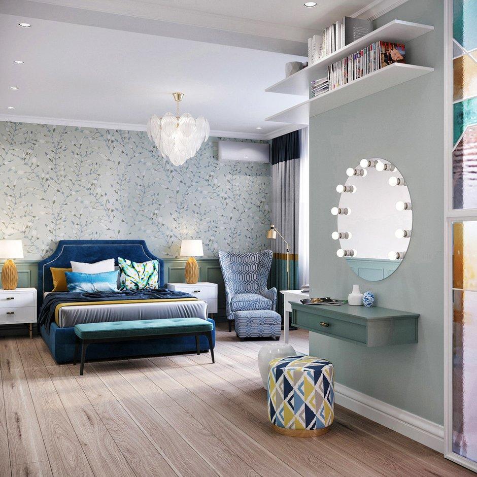 За изголовьем кровати использовали английские обои с растительным орнаментом.