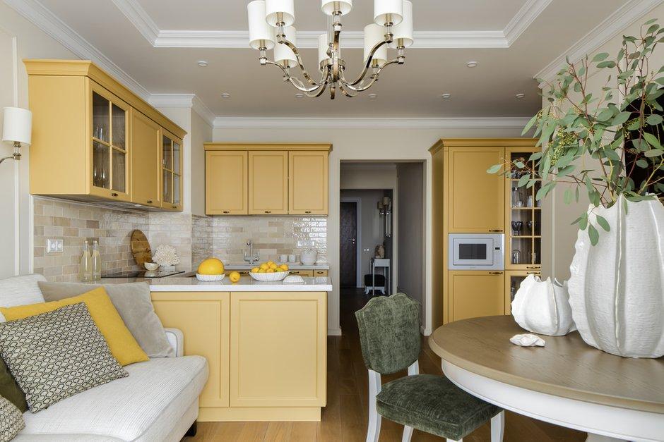 Фасады выбрали красивого желтого цвета, столешницу заказали из искусственного камня.
