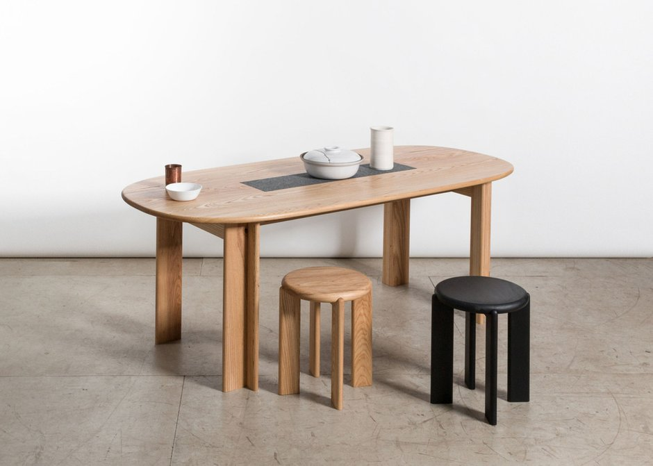 Miro dining table, Miro stool/side table. Дизайн: Studio Snng