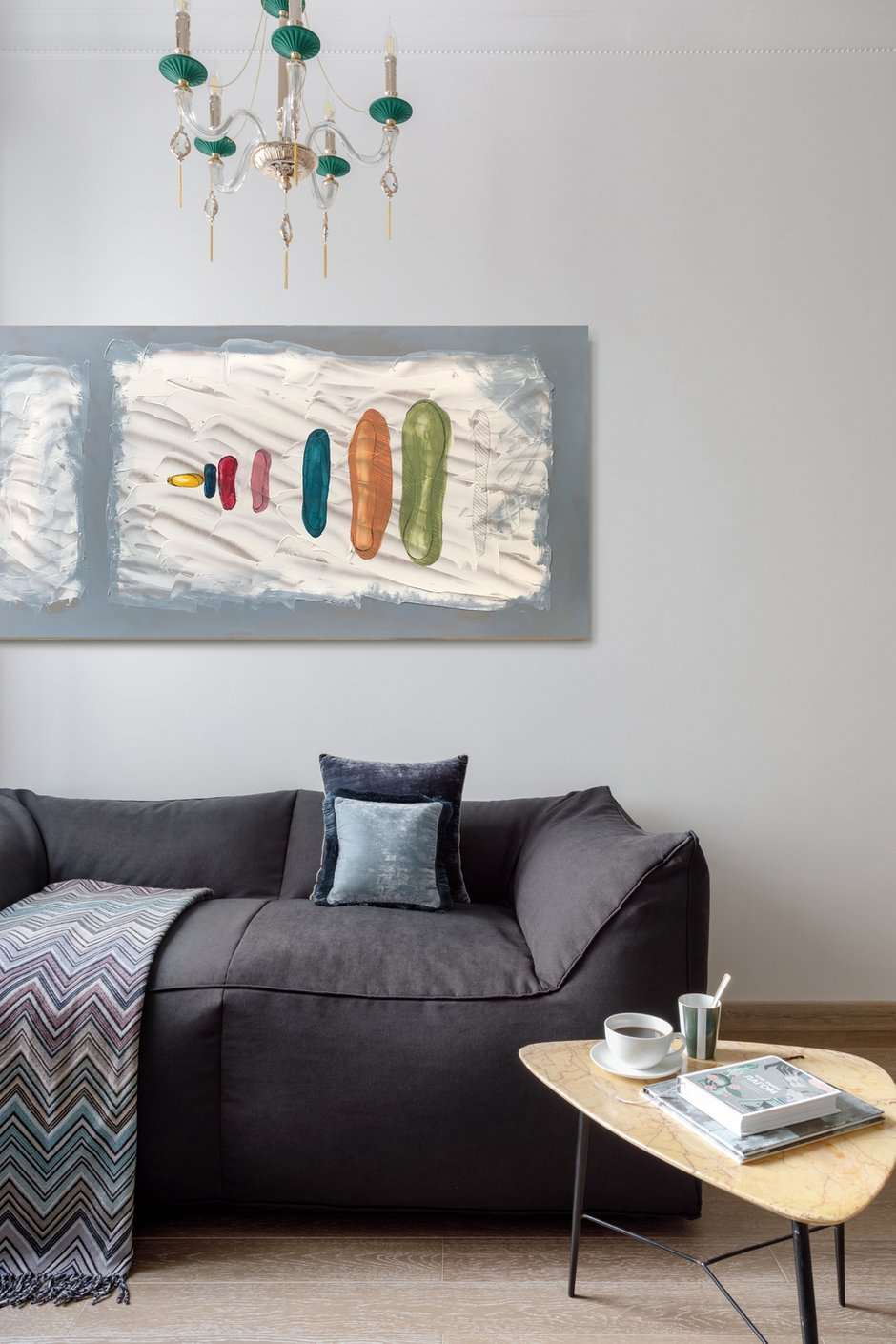«Задача экономить стоит почти всегда, и этот проект не исключение. Пожалуй, бескаркасный диван — настоящая находка, так как он даже в дорогой ткани намного дешевле любой каркасной мебели. К тому же он очень удобный, чтобы сидеть или лежать, и очень легкий, если надо переставить в другое место», — говорит автор проекта. Картины на стенах — абстракция художницы Ольги Бровкиной, посуда — Kartell.