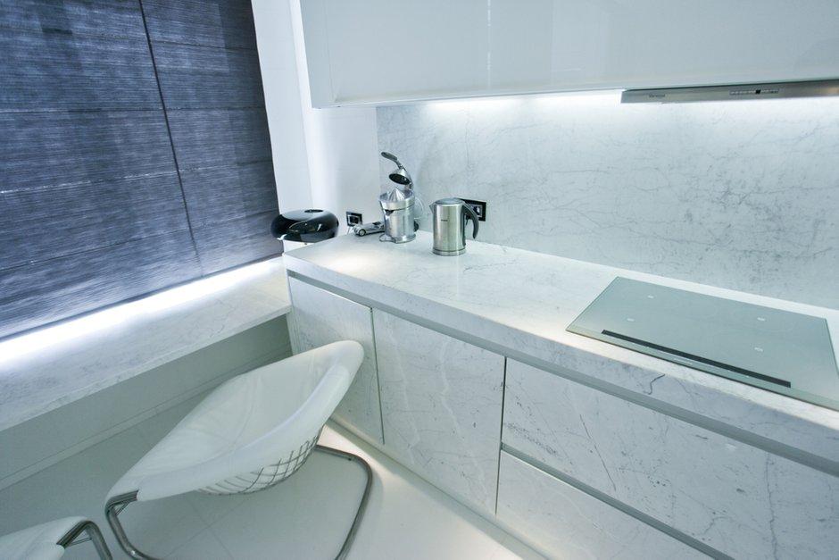 Фотография: Кухня и столовая в стиле Современный, Хай-тек, Интерьер комнат, Цвет в интерьере, Белый – фото на INMYROOM