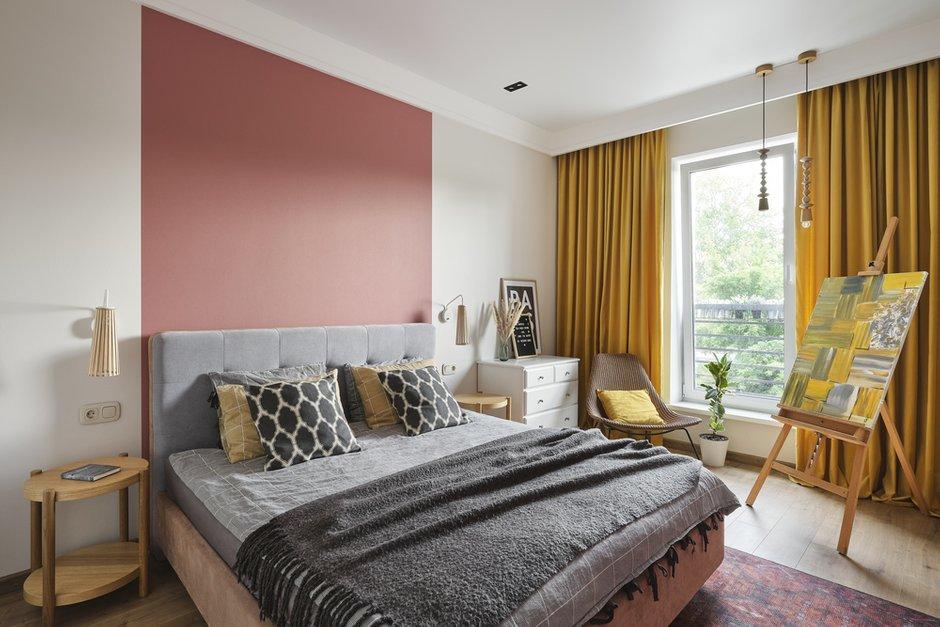 В спальне использовали обои двух цветов — теплый серый и бордовый в изголовье кровати и напротив, чтобы выделить зону сна.