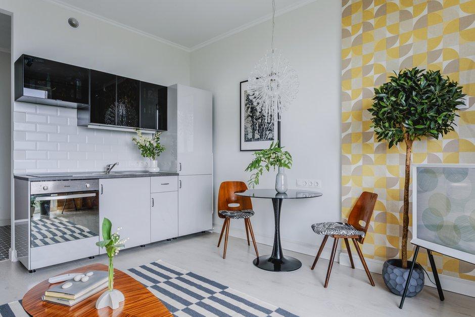 В квартире установлена стандартная кухня ИКЕА МЕТОД с фасадами РИНГУЛЬТ светло-серого цвета и ЮНИС черное стекло. На кухне есть плита с духовкой, раковина, холодильник. Предполагается, что потенциальный арендатор не будет много готовить.