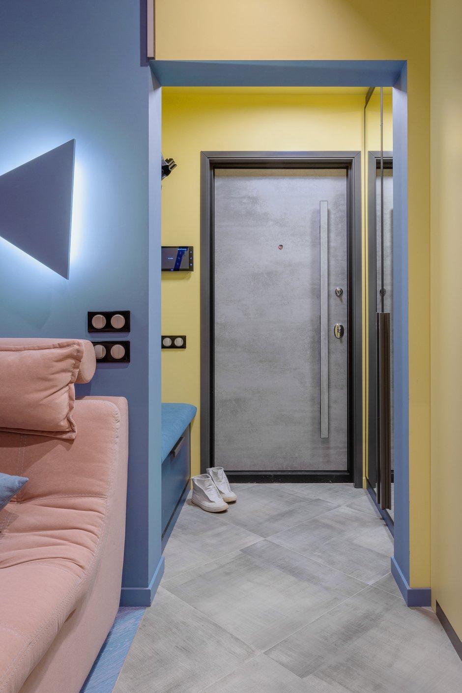 Входная зона получилась около 2,5 квадрата, но при этом она очень удобная — с банкеткой, вешалкой и зеркалом, расширяющим пространство. Фишка прихожей — желтый цвет стен, который переходит на потолок и дальше на шкафы в гостиной.
