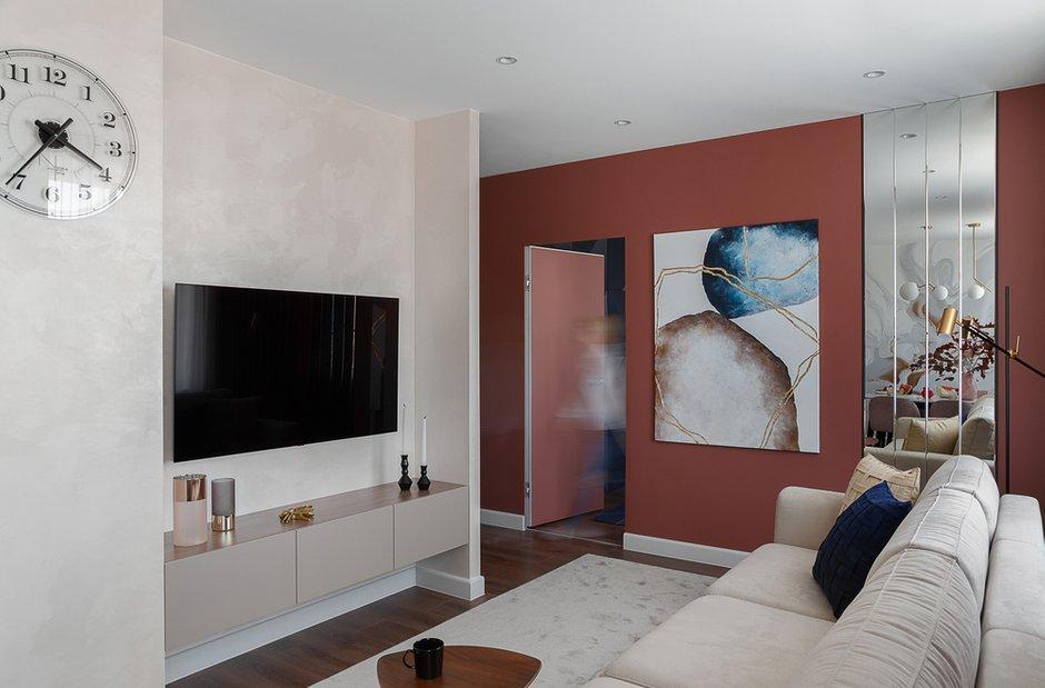 Гостиная получилась проходная, но очень уютная. Телевизор спрятали в нишу, образованную перегородками.
