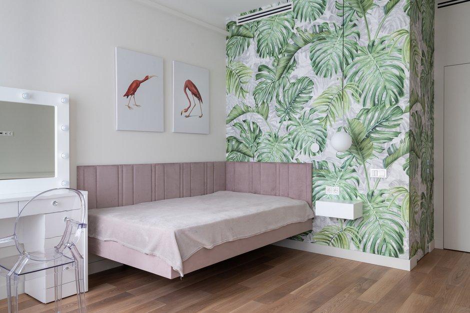 Чтобы создать ощущение воздушности, дизайнер выбрала подвесную кровать без ножек и прикроватную тумбу, которая просто крепится на стене.
