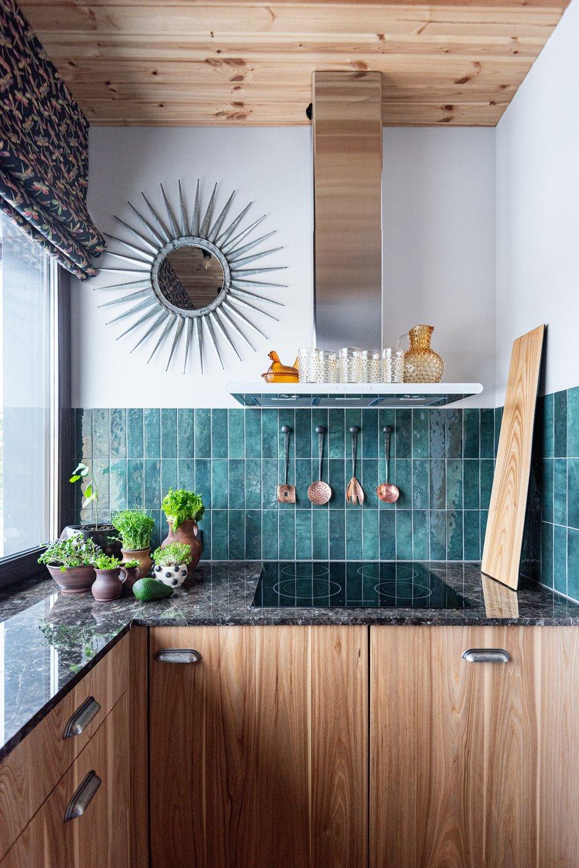 Большое окно на маленькой кухне делает ее визуально просторнее, а рулонная штора позволяет скрыть лишний свет. На кухне тоже есть вещичка с историей — винтажное зеркало.