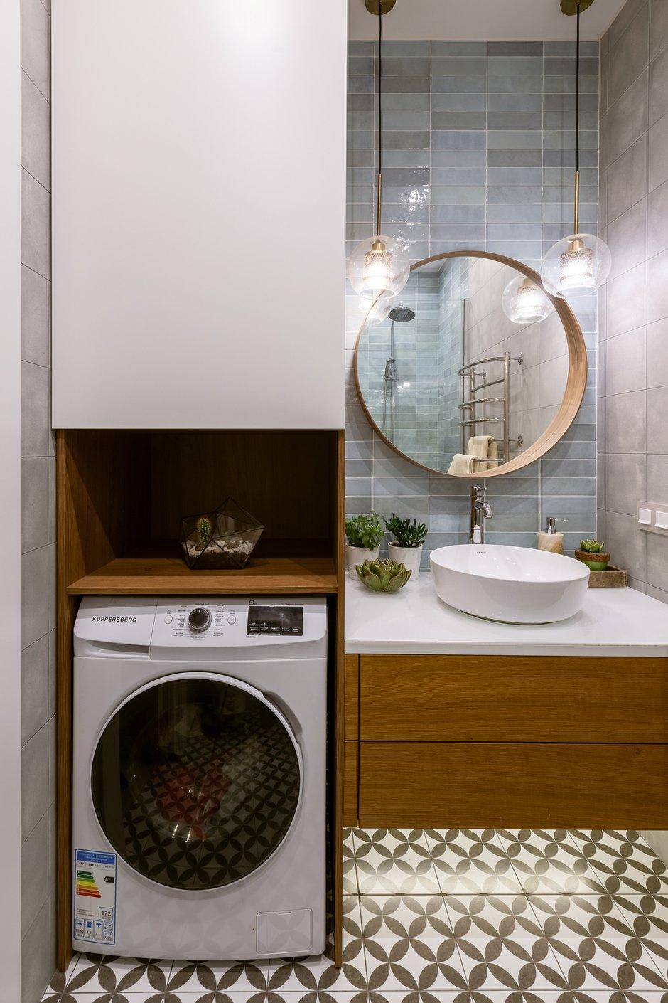 Гостевой санузел не остался без внимания: здесь размещен компактный пенал со стиральной машинкой и скрытыми полками для хранения бытовых принадлежностей.